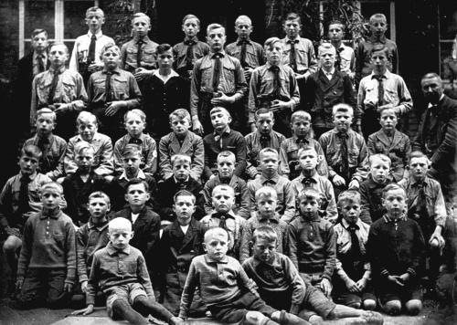 Schüler mit Lehrer Anton Franke ca. 1936
