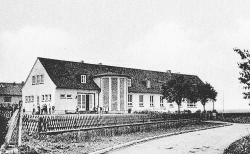 Foto des Neubaus der Volks- bzw. katholischen Grundschule (1969)