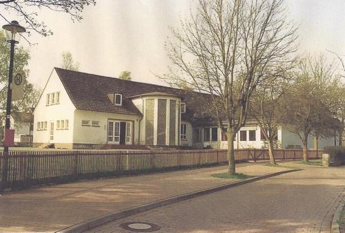 Foto der Schule mit Anbau
